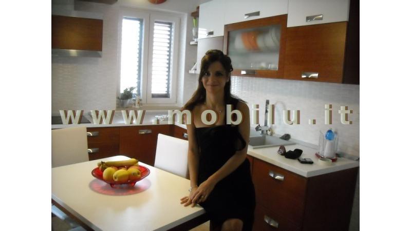 Cucine componibili Lecce e provincia realizzate in esecuzione angolare con piano colazione e sgabelli coordinati